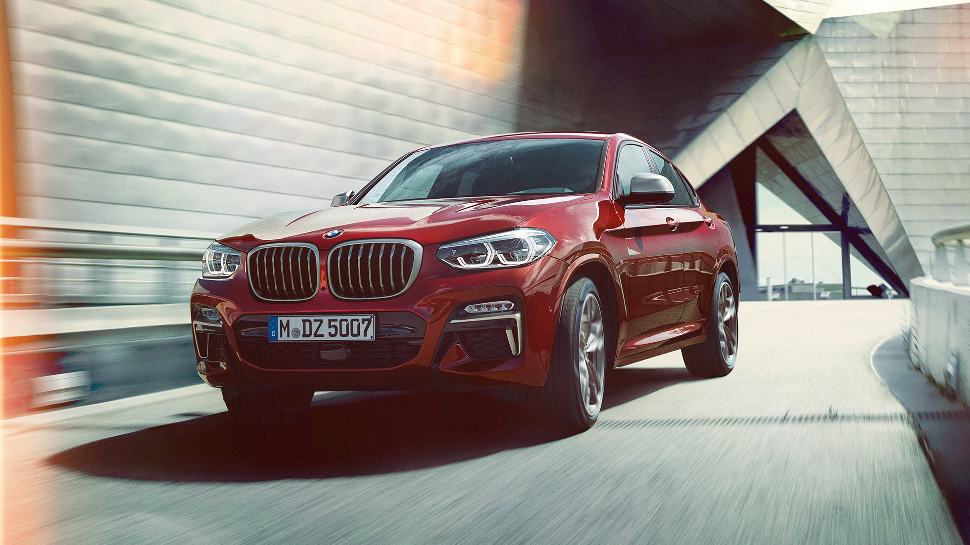 BMW X4 M40i 2018 Flamenco Red efecto brillante, vista frontal de tres cuartos